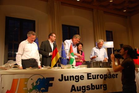 Markus Ferber (CSU), Moderator Horst Thieme, Hildebrecht Braun (FDP), Barbara Lochbihler (Bündnis 90/Die Grünen) und Wolfgang Kreissl-Dörfler (SPD) beim Kochen